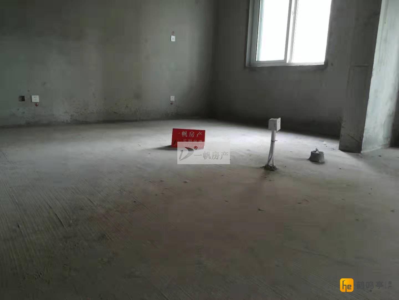 腾飞新城 三房 2楼 毛坯 135.53平米 送车库 112万